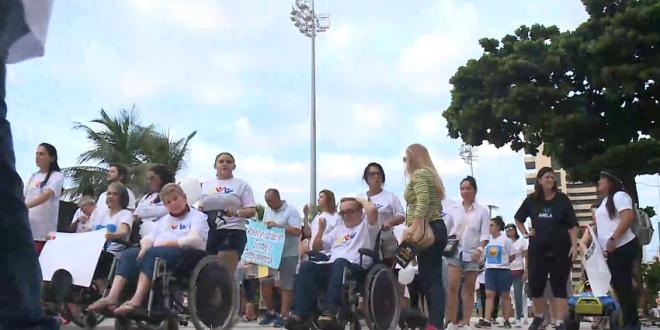 Em protesto na Praia de Iracema, portadores de doenças raras alertam para condições precárias do SUS