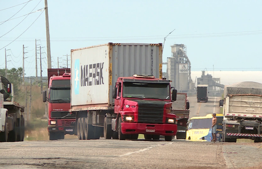 Buraqueira na CE que liga ao porto do Pecém vira tormento para caminhoneiros
