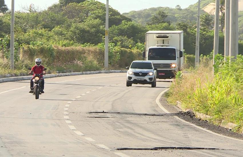 Buraqueira castiga motoristas na CE-010, inaugurada há pouco mais de 1 ano