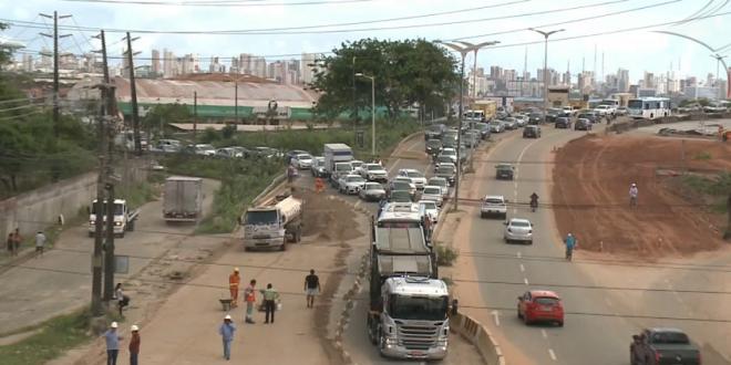 Bloqueio na Avenida Alberto Craveiro provoca engarrafamentos quilométricos