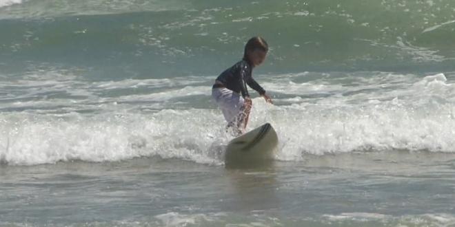 Com apenas 5 anos, criança é talento no surfe no Ceará